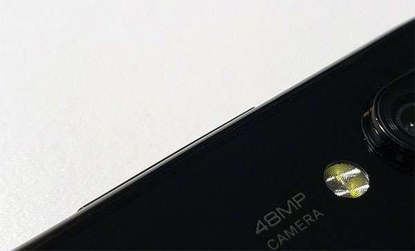 Un dettaglio dello smartphone Xiaomi con fotocamera da 48 megapixel