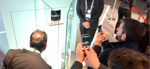 Smartphone pieghevoli: arte, sacralità e mistero
